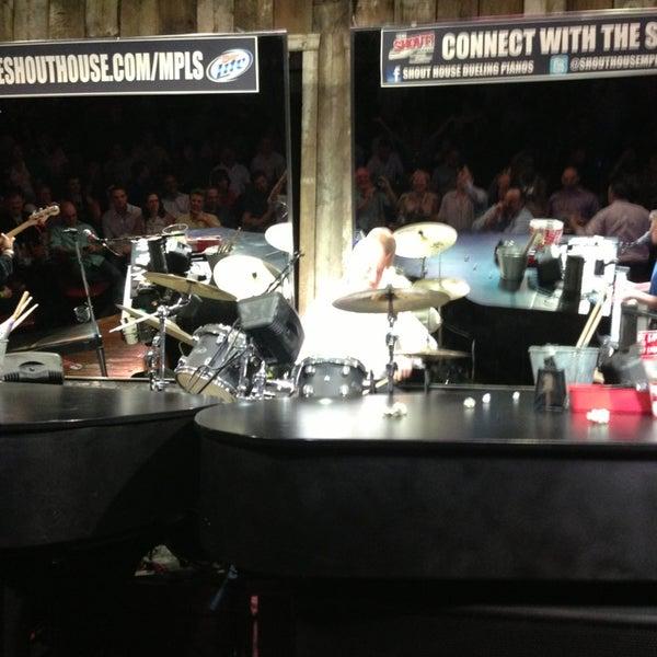 Das Foto wurde bei Shout House Dueling Pianos von Doug M. am 6/27/2013 aufgenommen