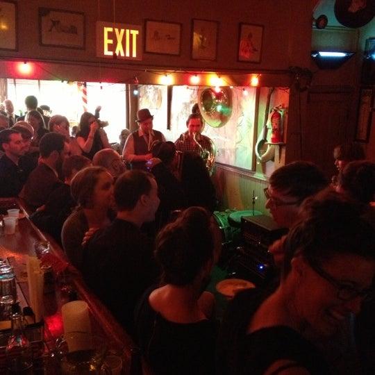 Photo prise au Sunny's par Sandra B. le10/13/2012