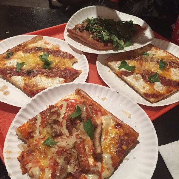 Foto tirada no(a) Nonna's L.E.S. Pizzeria por Richard F. em 10/13/2014
