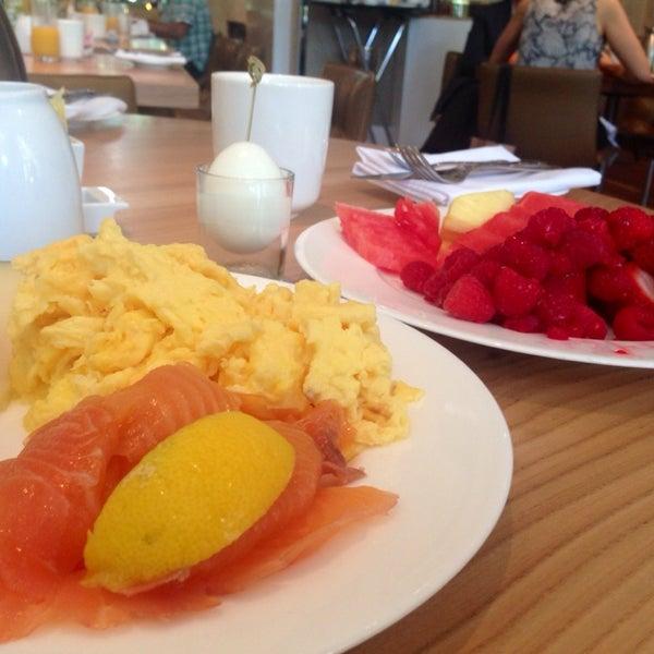 Снимок сделан в SOUTHGATE Bar & Restaurant пользователем Vladimir O. 6/20/2014