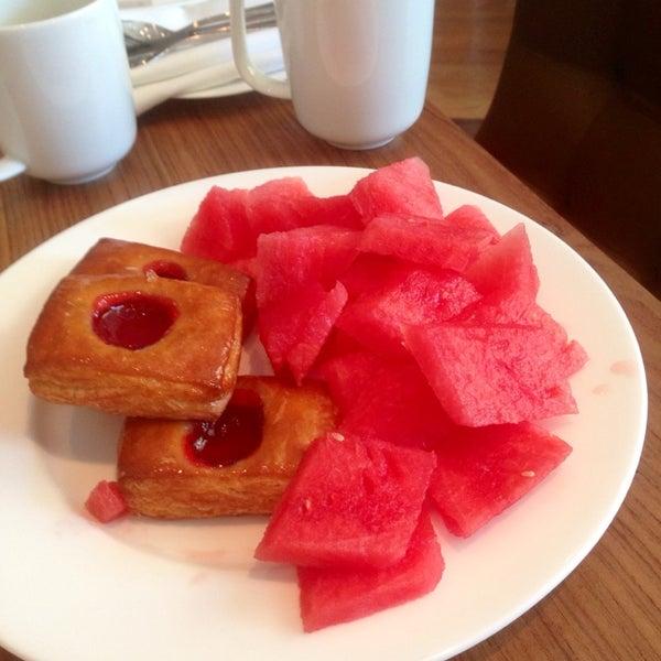 Снимок сделан в SOUTHGATE Bar & Restaurant пользователем Vladimir O. 6/21/2014