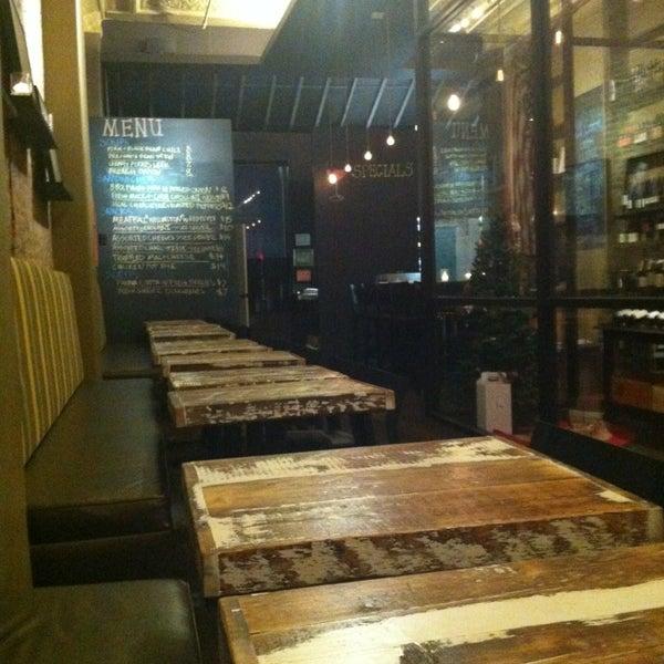 Foto tomada en Maslow 6 Wine Bar and Shop por Ann B. el 1/10/2013