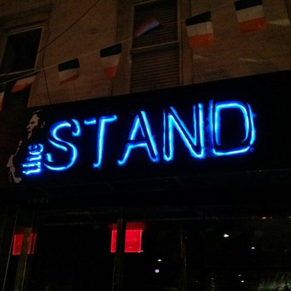 รูปภาพถ่ายที่ The Stand Restaurant & Comedy Club โดย Phil a. เมื่อ 3/9/2014