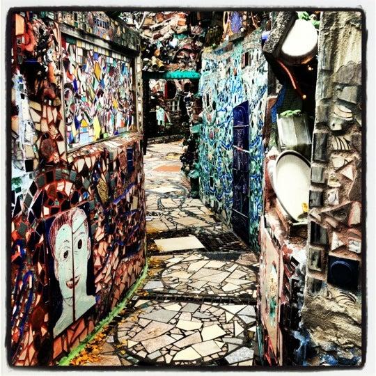 Foto scattata a Philadelphia's Magic Gardens da Elizabeth T. il 11/25/2012