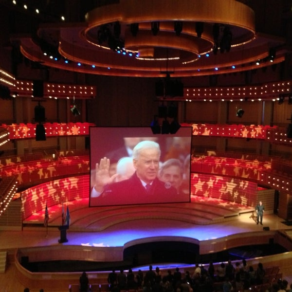 Foto diambil di Adrienne Arsht Center for the Performing Arts oleh ᴡᴡᴡ.Rive.cloobjs.ru F. pada 1/21/2013