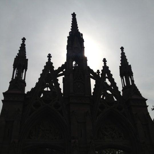 Foto tomada en Green-Wood Cemetery por Heather D. el 10/27/2012