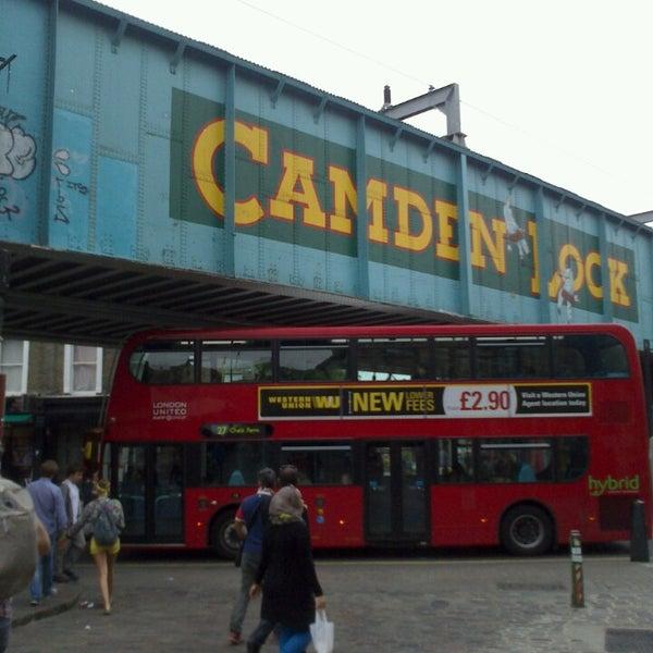 Foto tirada no(a) Camden Stables Market por MariCarmen L. em 6/27/2013