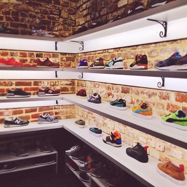 Das Foto wurde bei Sneaker von Larry L. am 10/19/2013 aufgenommen