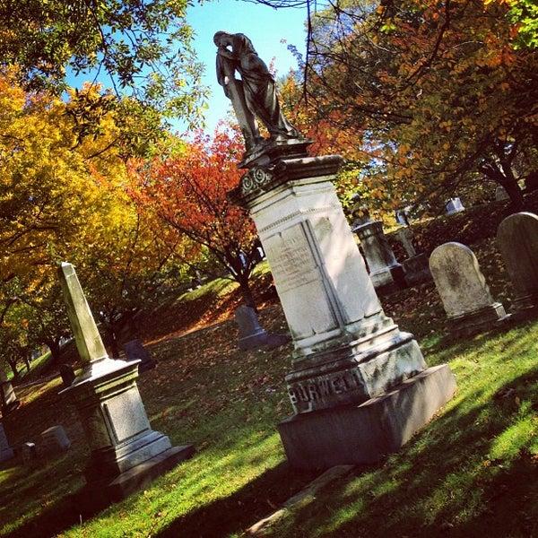 Foto tomada en Green-Wood Cemetery por Chris P. el 10/21/2012