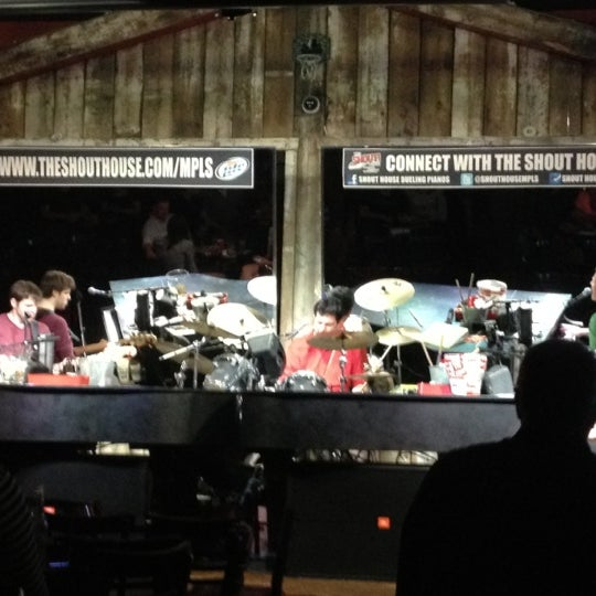 Das Foto wurde bei Shout House Dueling Pianos von Kelsey W. am 4/29/2013 aufgenommen
