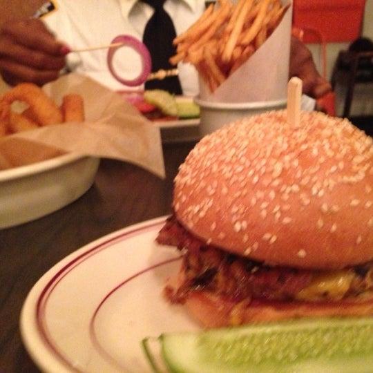Das Foto wurde bei LT Bar & Grill von Erik C. am 10/27/2012 aufgenommen