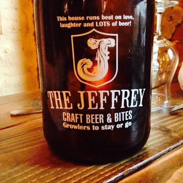 Foto tomada en The Jeffrey Craft Beer & Bites por Andrea J. el 4/14/2014