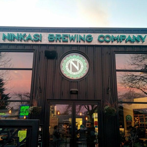 รูปภาพถ่ายที่ Ninkasi Brewing Tasting Room โดย Andrew S. เมื่อ 11/24/2013