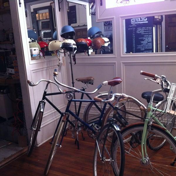 รูปภาพถ่ายที่ Heritage Bicycles โดย Jason M. เมื่อ 7/13/2013