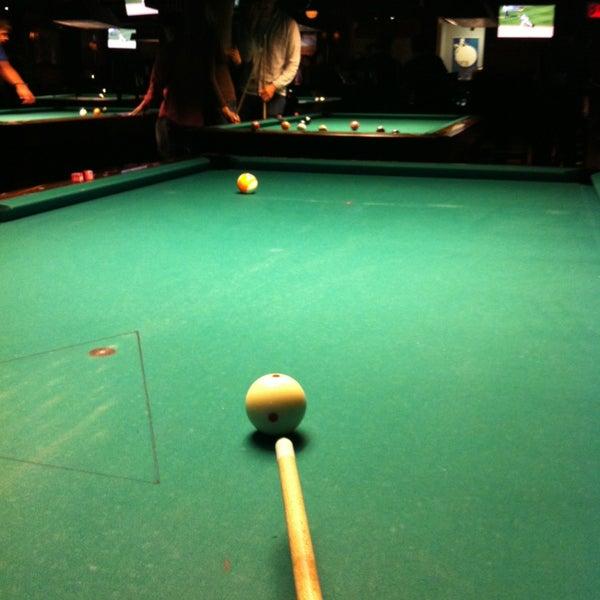 Foto tomada en Society Billiards + Bar por Jessica H. el 6/14/2013