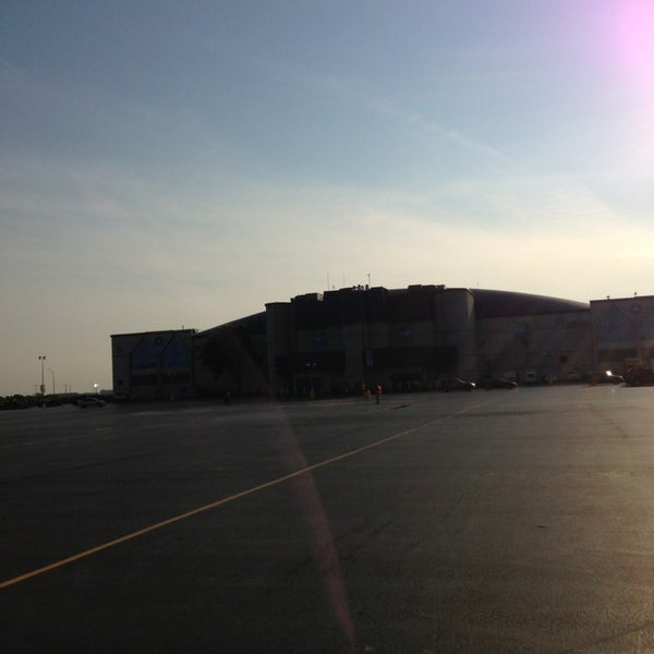 รูปภาพถ่ายที่ Allstate Arena โดย Alejandro B. เมื่อ 6/14/2013