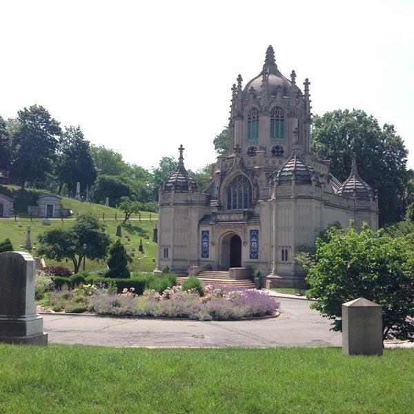Foto tomada en Green-Wood Cemetery por Rob C. el 6/17/2013