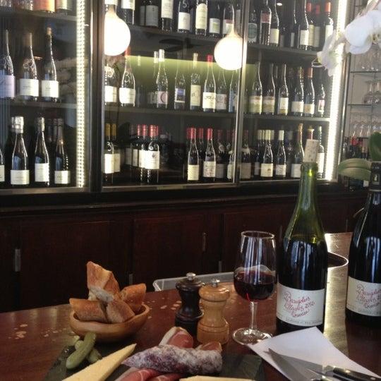 Demander l'étage plus chaleureux plus confortable plus joli vue extérieur sur Louvre et Académie Française Cartes des vins super sympa pas cher et BIO