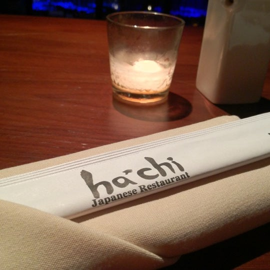 Photo prise au HaChi Restaurant & Lounge par Tina Y. le11/10/2012