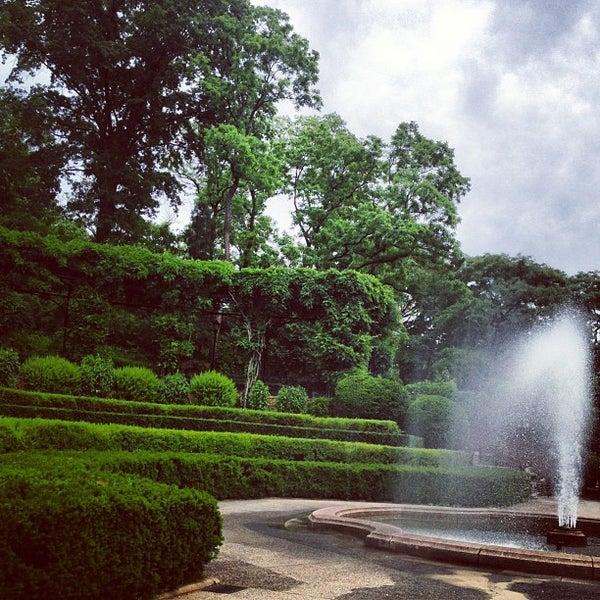 Foto scattata a Conservatory Garden da Wildary C. il 6/6/2013