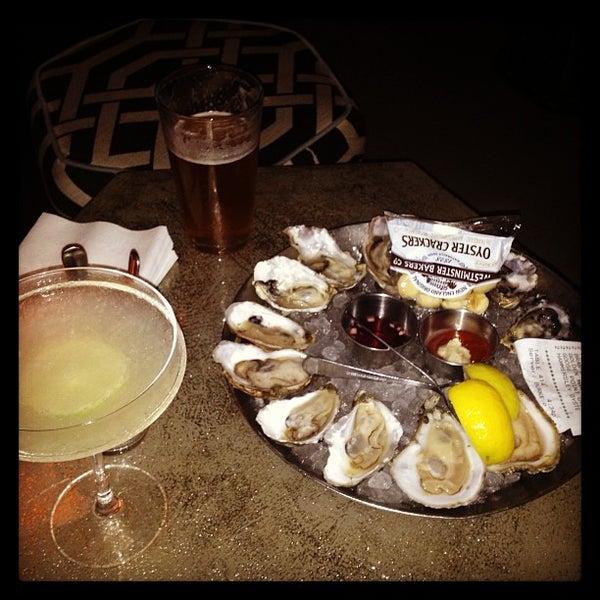 Foto scattata a Hank's Oyster Bar da Traci C. il 5/18/2013