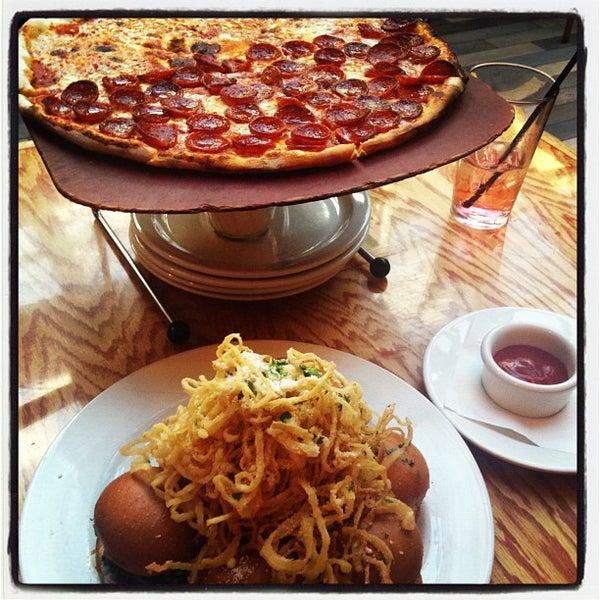 Das Foto wurde bei Matchbox Vintage Pizza Bistro von Traci C. am 9/22/2012 aufgenommen