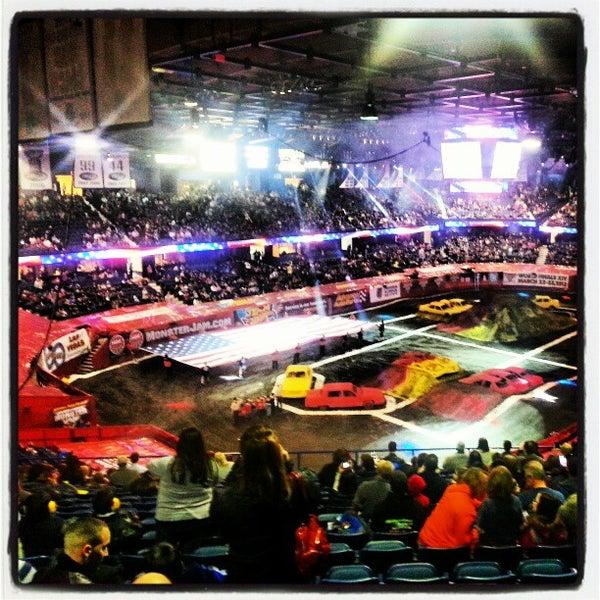 รูปภาพถ่ายที่ Allstate Arena โดย Jason D. เมื่อ 2/9/2013