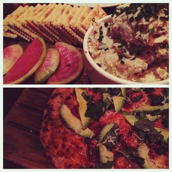 3/9/2013 tarihinde Caryn L.ziyaretçi tarafından The Luggage Room Pizzeria'de çekilen fotoğraf