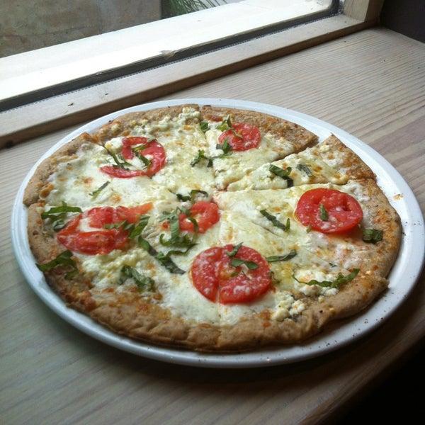 รูปภาพถ่ายที่ Fire Stone Wood Fired Pizza & Grill โดย Nicole T. เมื่อ 7/24/2013