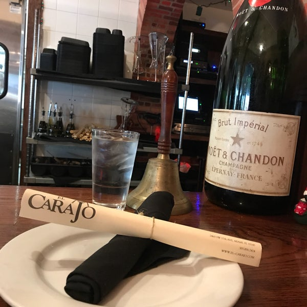 Photo prise au El Carajo Tapas and Wine par Victoria U. le12/30/2017