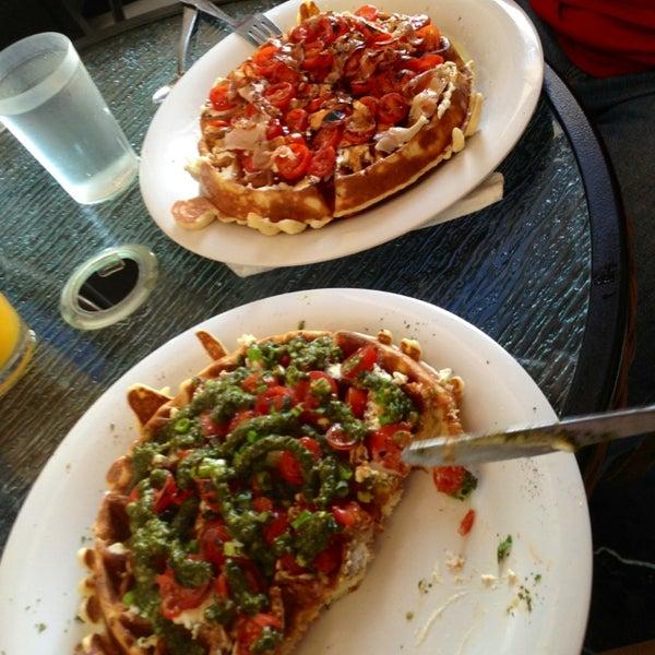Das Foto wurde bei Waffle Era Tea Room von Noel D. am 5/27/2013 aufgenommen
