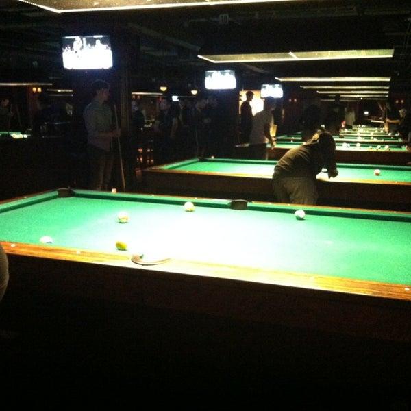Foto tomada en Society Billiards + Bar por Jessica el 2/24/2013