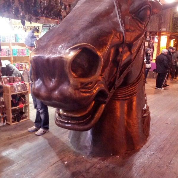 Foto tirada no(a) Camden Stables Market por Gaetano C. em 3/16/2013