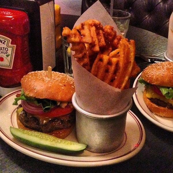Foto tirada no(a) LT Bar & Grill por Tom K. em 5/17/2013