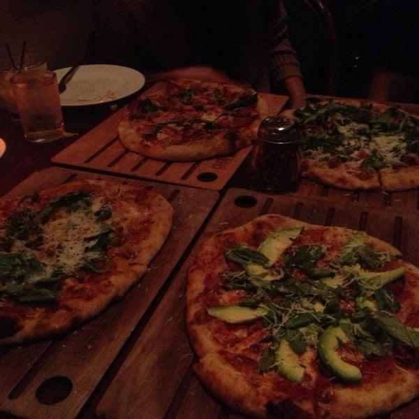 12/18/2012 tarihinde Tat W.ziyaretçi tarafından The Luggage Room Pizzeria'de çekilen fotoğraf