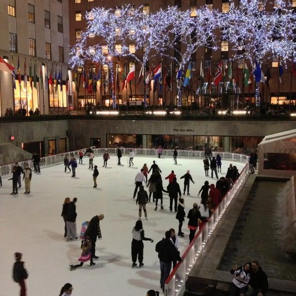Das Foto wurde bei The Rink at Rockefeller Center von aski am 2/15/2013 aufgenommen