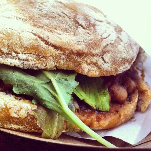 รูปภาพถ่ายที่ Bombay Sandwich Co. โดย Gabriel M. เมื่อ 6/27/2014