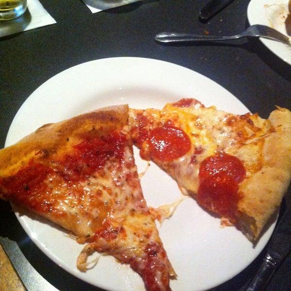 4/19/2013에 Ari W.님이 Gas Light Pizza Pub에서 찍은 사진