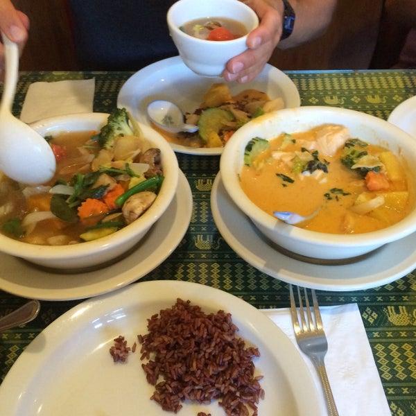 Снимок сделан в Naung Mai Thai Kitchen пользователем Julia B. 9/22/2015