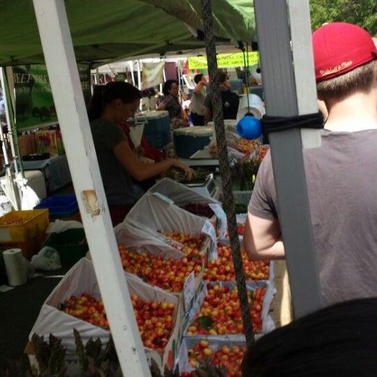 Photo prise au Ballard Farmer's Market par Kip S. le6/16/2013