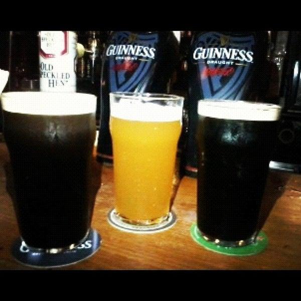 Foto diambil di All Black Irish Pub oleh Bruna C. pada 9/30/2012