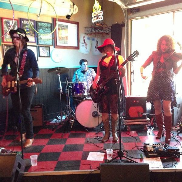 Foto diambil di Lucy's Retired Surfers Bar and Restaurant oleh Dave P. pada 3/14/2013