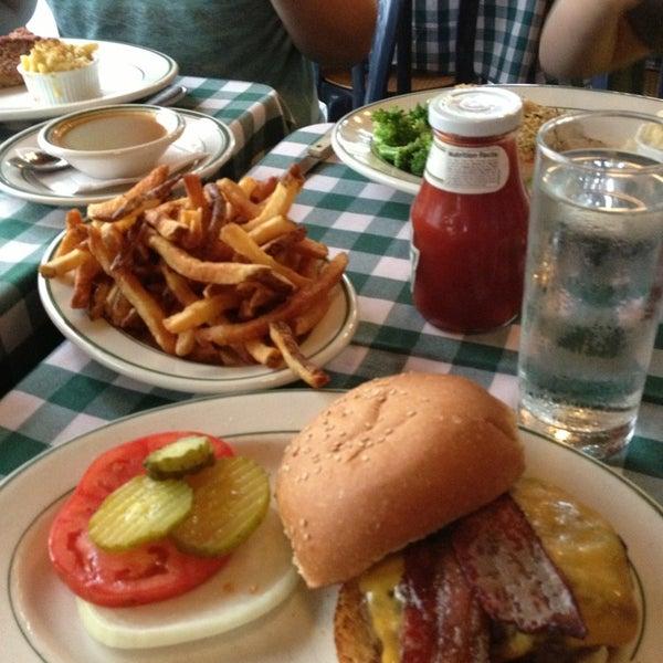 Das Foto wurde bei Luke's Bar & Grill von Jennifer B. am 7/12/2013 aufgenommen