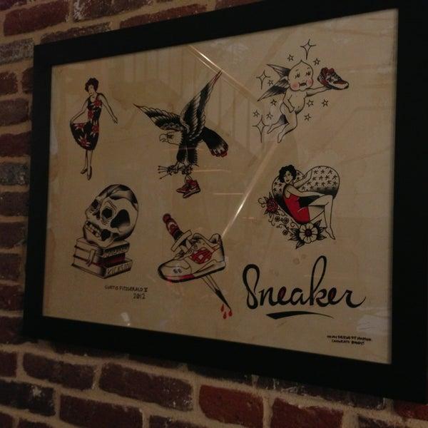 Das Foto wurde bei Sneaker von Hunter B. am 2/2/2013 aufgenommen
