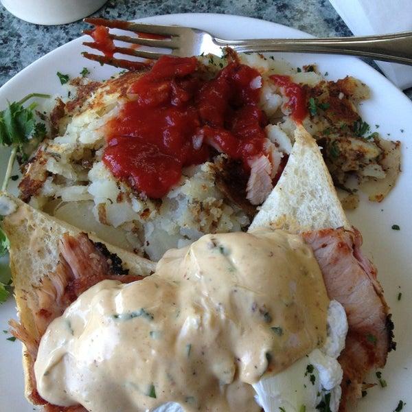 2/24/2013 tarihinde Erin B.ziyaretçi tarafından Plums Cafe and Catering'de çekilen fotoğraf