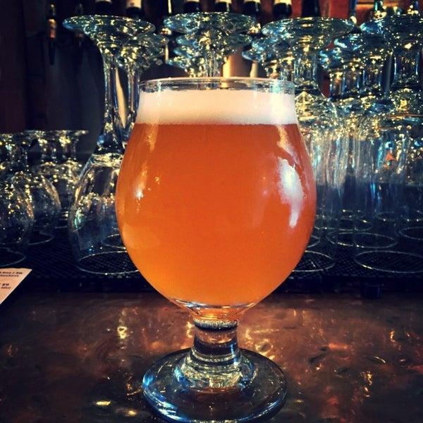 Foto tomada en The Jeffrey Craft Beer & Bites por Greg A. el 6/14/2015