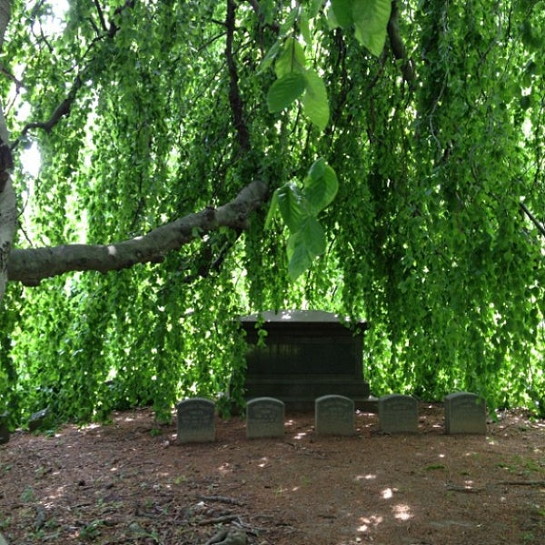 Foto tomada en Green-Wood Cemetery por Jessica S. el 6/2/2013