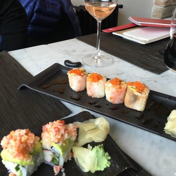 รูปภาพถ่ายที่ Yada Sushi โดย Emel S. เมื่อ 2/17/2016
