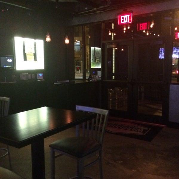 3/7/2014にChloe N.がWarehouse Bar & Grillで撮った写真