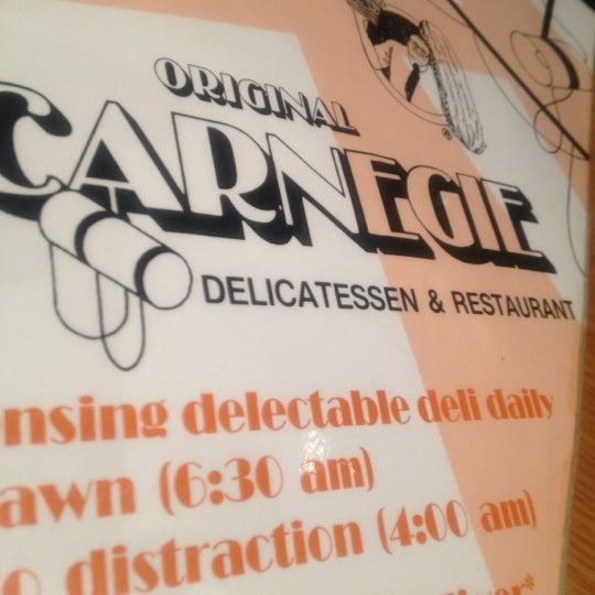 Foto tomada en Carnegie Deli por Dedeth T. el 11/14/2012